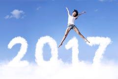 Jonge vrouw die boven wolken springen Royalty-vrije Stock Fotografie