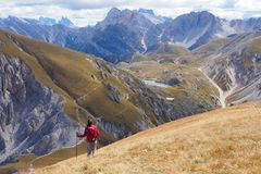 Jonge vrouw die in breed berglandschap wandelen royalty-vrije stock fotografie