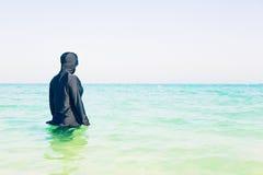 Jonge Vrouw die in Burkini in het Overzees zwemmen Royalty-vrije Stock Foto