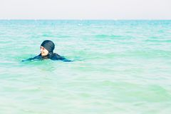 Jonge Vrouw die in Burkini in het Overzees zwemmen Royalty-vrije Stock Fotografie
