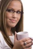 Jonge vrouw die coffe drinkt Stock Foto's