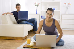 Jonge vrouw die computer met behulp van Stock Fotografie