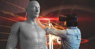 Jonge vrouw die 3d beeld door VR-glazen bekijken Royalty-vrije Stock Foto's