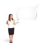 Jonge vrouw die de abstracte ruimte van het origamiexemplaar voorstellen Stock Foto's