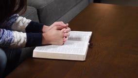 Jonge vrouw die de Bijbel thuis lezen stock footage