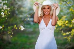 Jonge vrouw die in de de lentetuin lopen Royalty-vrije Stock Fotografie