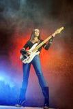Jonge vrouw die de gitaar speelt Stock Foto's