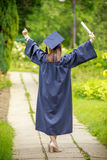 Jonge vrouw die de graduatiedag vieren stock afbeeldingen