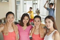 Jonge vrouw die in de gymnastiek uitoefenen stock foto's