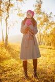 Jonge vrouw die in de herfst seizoen lopen. De herfst openluchtportret Stock Foto