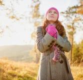 Jonge vrouw die in de herfst seizoen lopen. De herfst openluchtportret stock afbeelding