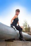 Jonge vrouw die in de herfstpark een kanon houden Stock Foto