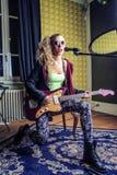 Jonge vrouw die de het eletric gitaar en zingen spelen royalty-vrije stock foto
