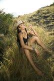 Jonge vrouw die de hoed van de strocowboy draagt. royalty-vrije stock fotografie