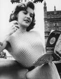 Jonge vrouw die de kaart van Londen, Engeland bekijken (Alle afgeschilderde personen leven niet langer en geen landgoed bestaat L Royalty-vrije Stock Foto's