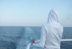 Jonge vrouw die de oceaan bekijkt Stock Foto