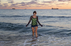 Jonge Vrouw die in de Oceaan lopen royalty-vrije stock afbeelding