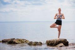 Jonge Vrouw die de Positie van de Yogaboom doen Royalty-vrije Stock Afbeelding