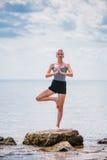Jonge Vrouw die de Positie van de Yogaboom doen Royalty-vrije Stock Foto's