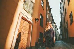 Jonge vrouw die in de stadsexcursie van Stockholm lopen stock foto's