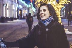 Jonge vrouw die in de straat met baloon bij nacht lopen Royalty-vrije Stock Fotografie