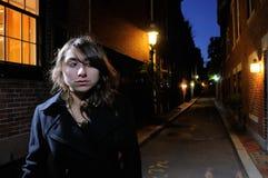 Jonge Vrouw die de Straten loopt bij Nacht Royalty-vrije Stock Afbeeldingen