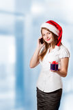 Jonge vrouw die de telefoon uitnodigt Royalty-vrije Stock Fotografie