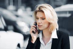 Jonge vrouw die de telefoon uitnodigt Stock Afbeeldingen