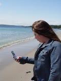 Jonge Vrouw die de Telefoon van de Cel met behulp van stock afbeelding
