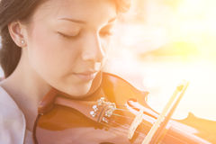 Jonge vrouw die de viool speelt Royalty-vrije Stock Foto