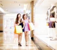 Jonge vrouw die in de wandelgalerij winkelt Royalty-vrije Stock Foto