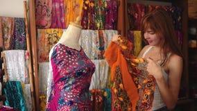 Jonge vrouw die in de winkel van Bali winkelen - traditionele kleren stock footage