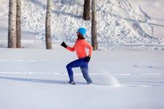 Jonge vrouw die in de winter lopen royalty-vrije stock afbeelding