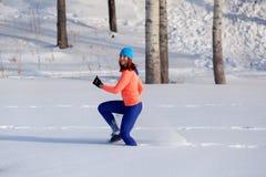 Jonge vrouw die in de winter lopen stock foto's