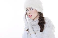 Jonge vrouw die de winterkleding draagt stock afbeelding