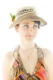Jonge vrouw die in de zomerhoed omhoog kijkt Stock Foto's