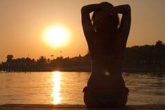 Jonge vrouw die de zon bekijkt Royalty-vrije Stock Afbeeldingen