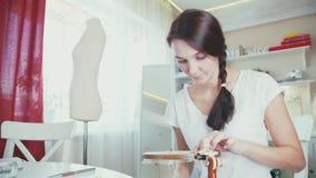 Jonge vrouw die decoratief borduurwerk op de hoepel maken stock footage