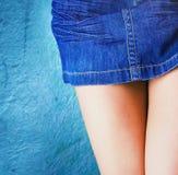 Jonge vrouw die denim korte rok draagt stock afbeeldingen