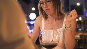 Jonge vrouw die dessert in avondrestaurant eten Het mooie vrouw dinning met rode wijn in glas in elegant restaurant stock footage