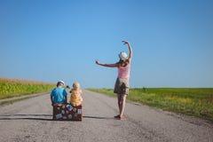 Jonge vrouw die dichtbij twee kinderen dansen met Royalty-vrije Stock Afbeeldingen