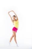 Jonge vrouw die die aerobics en uitrekken doen, op witte bac wordt geïsoleerd Stock Afbeelding