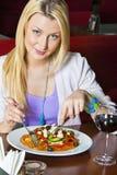 Jonge Vrouw die Diner eet Stock Afbeeldingen