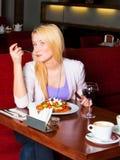 Jonge Vrouw die Diner eet Royalty-vrije Stock Afbeelding
