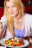 Jonge Vrouw die Diner eet Royalty-vrije Stock Fotografie