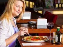 Jonge Vrouw die Diner eet Stock Foto's