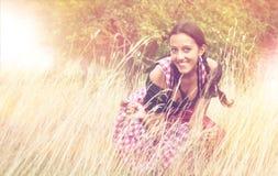 Jonge vrouw die dirndl het stellen op het gebied dragen Royalty-vrije Stock Fotografie