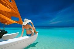 Jonge vrouw die door boot reizen stock foto's