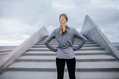 Jonge vrouw die door stappen zich in openlucht bevinden stock foto's
