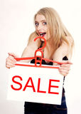 Jonge vrouw die door verkoop wordt verbaasd Royalty-vrije Stock Fotografie